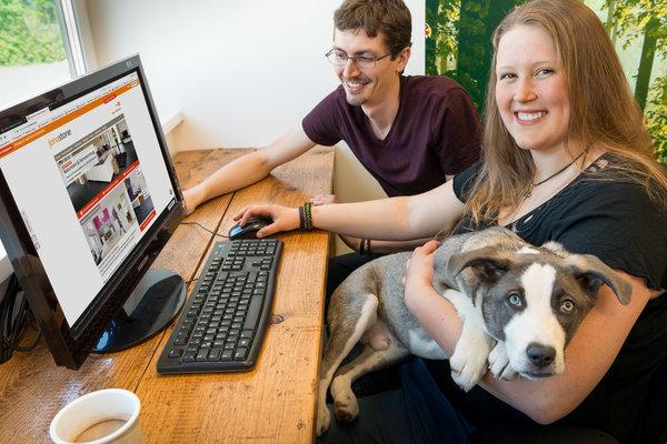 Mitarbeiter mit Office-Dog beim Arbeiten