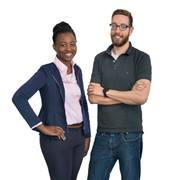 Eine Beraterin und ein Berater stehen nebeneinander